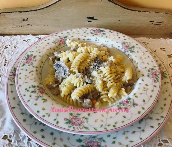 Fusilli salsicce e funghi