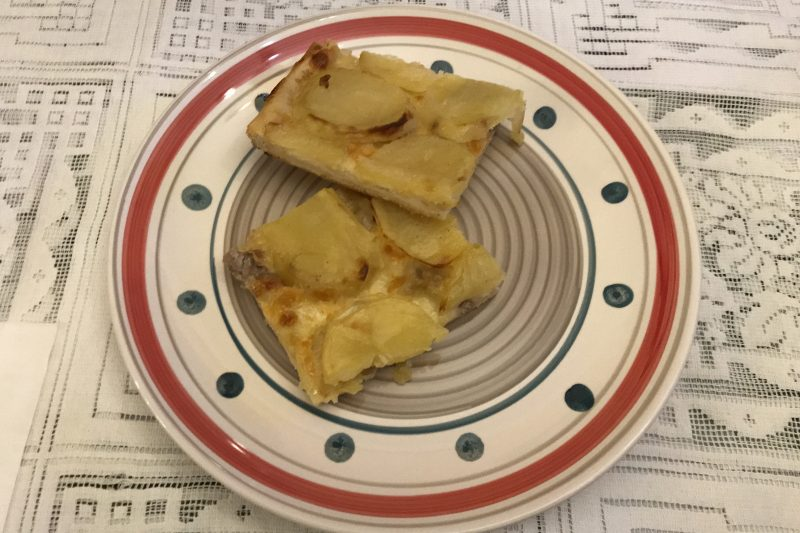 Pizza con patate, salsicce e provola