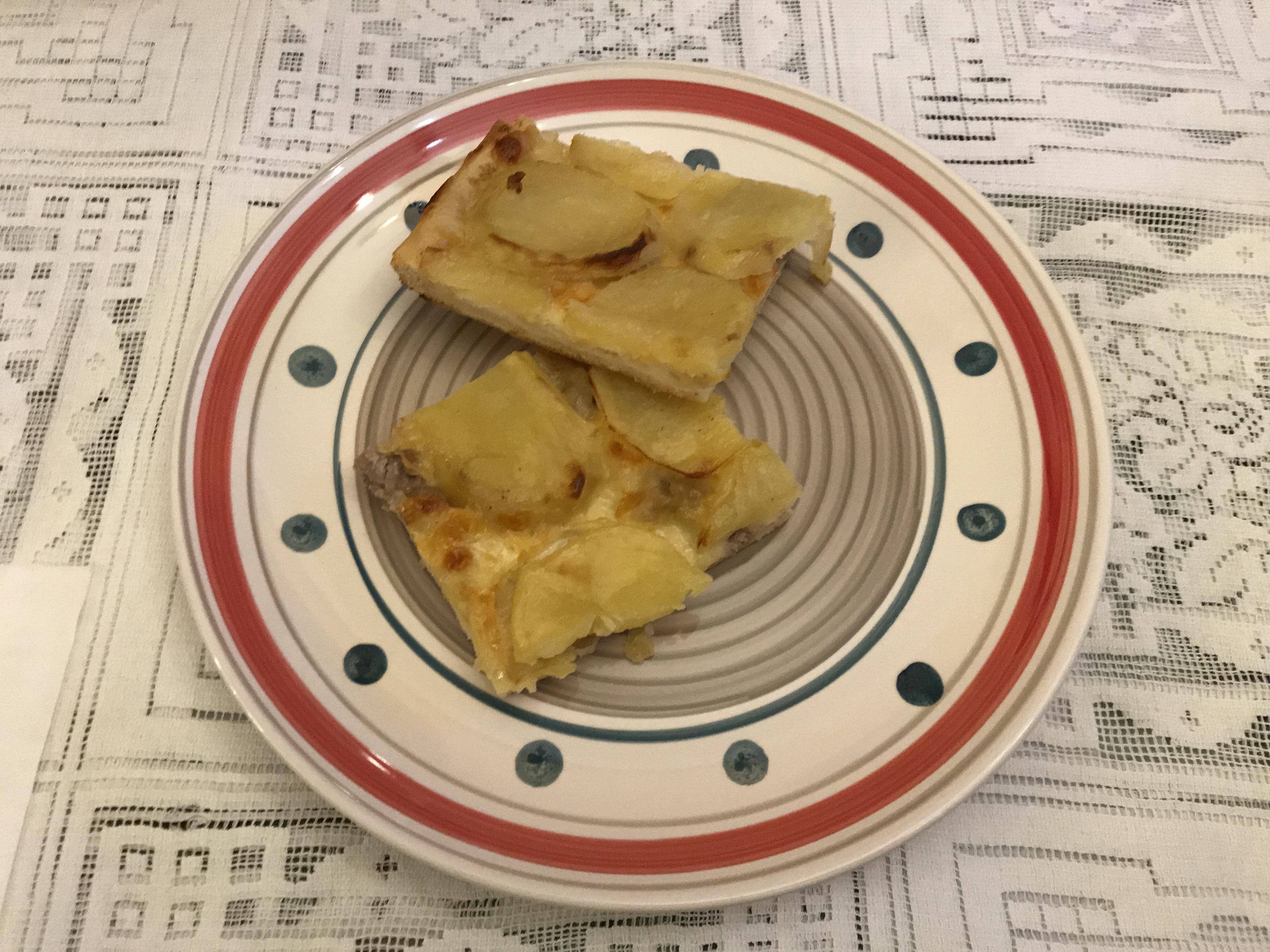 Pizza con patate salsicce e provola
