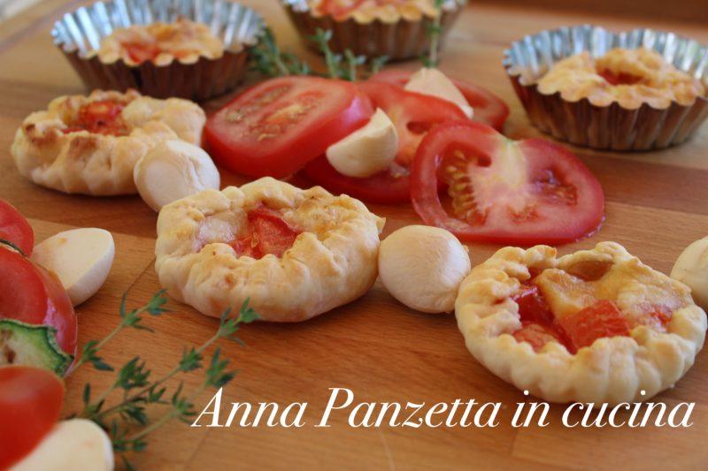 Tartine di brisè pomodori e provola