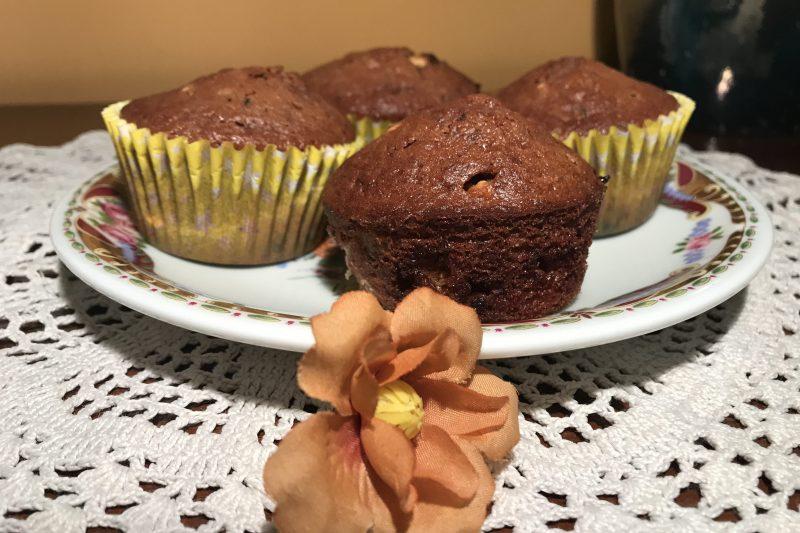 Muffin al cacao con gocce di cioccolato bianco
