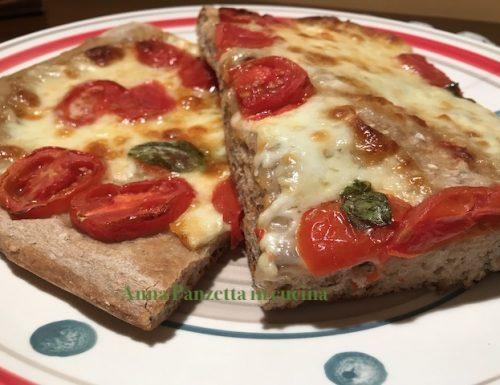 Pizza con fior di latte e pomodorini freschi